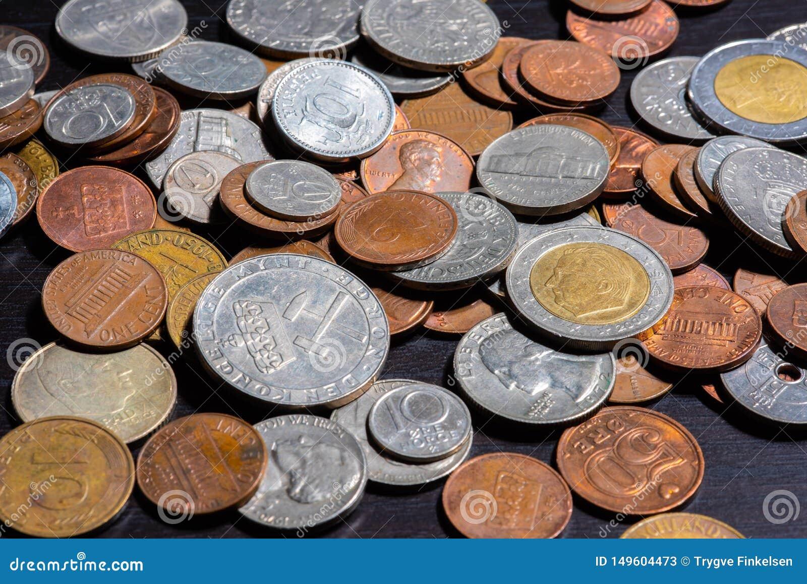 Olika sorter av mynt p? en svart tabell