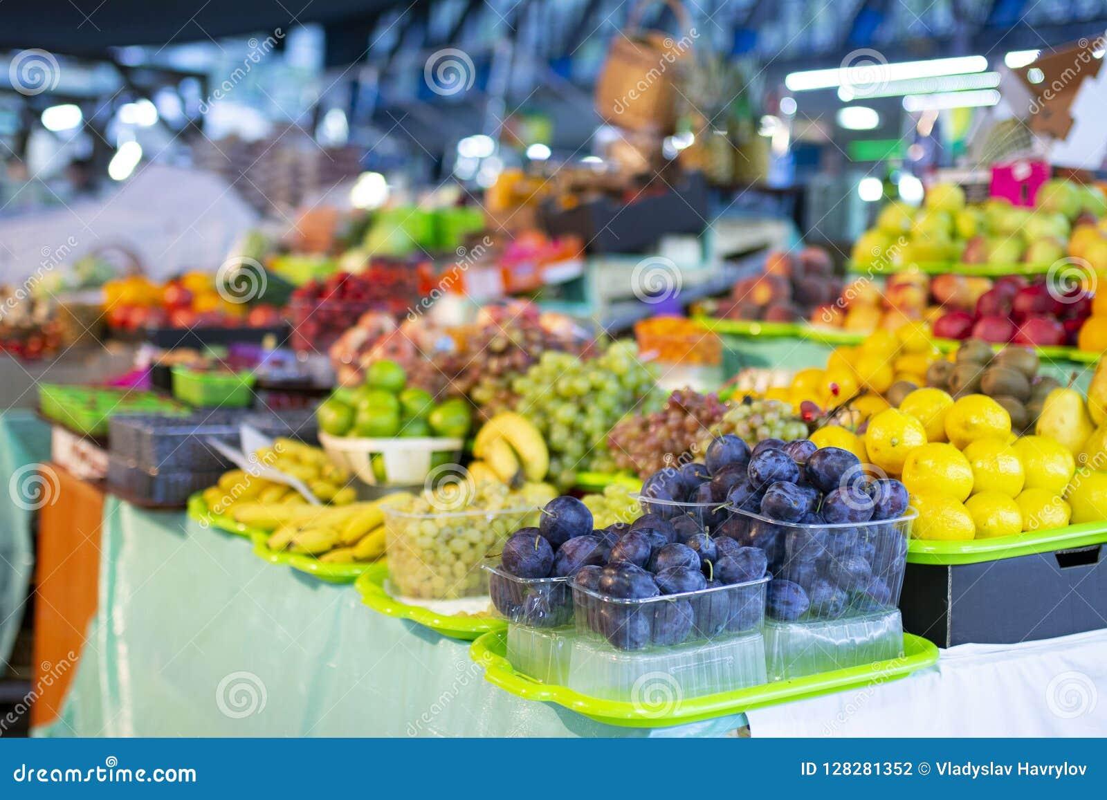 Olika sorter av nya frukter på marknaden
