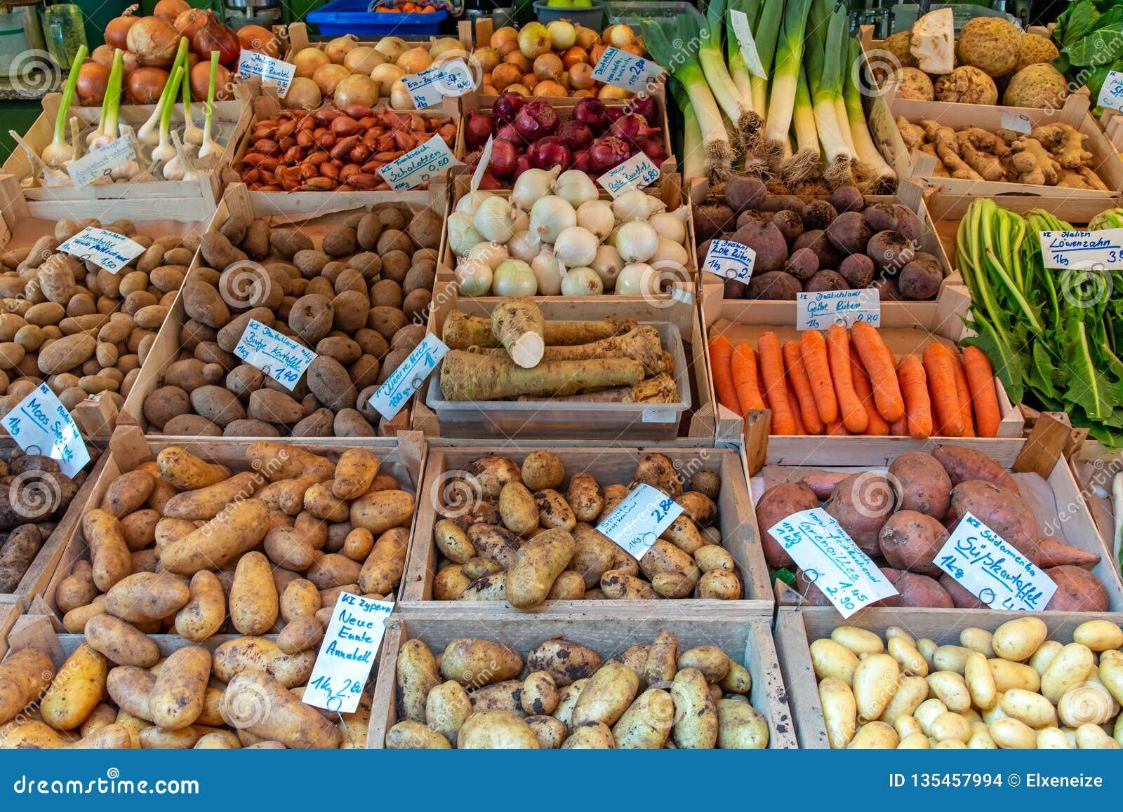Olika sorter av potatisar och andra grönsaker