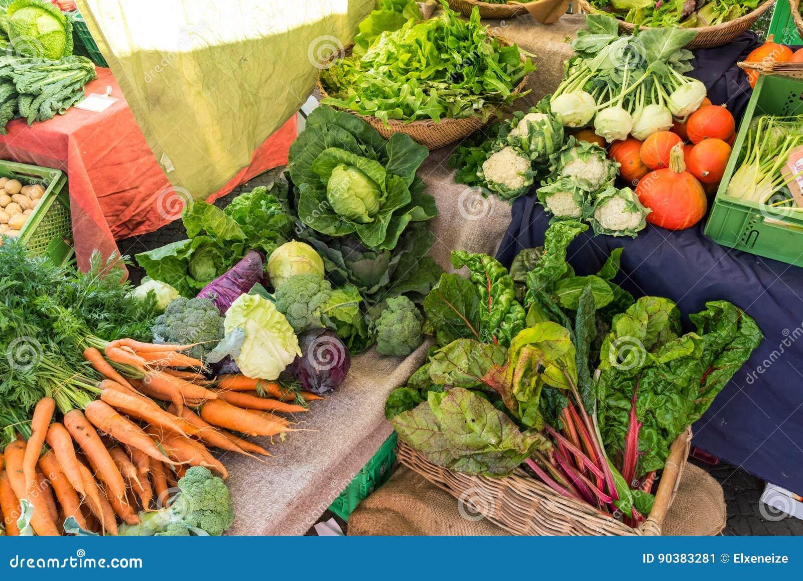 Olika sorter av till salu grönsaker