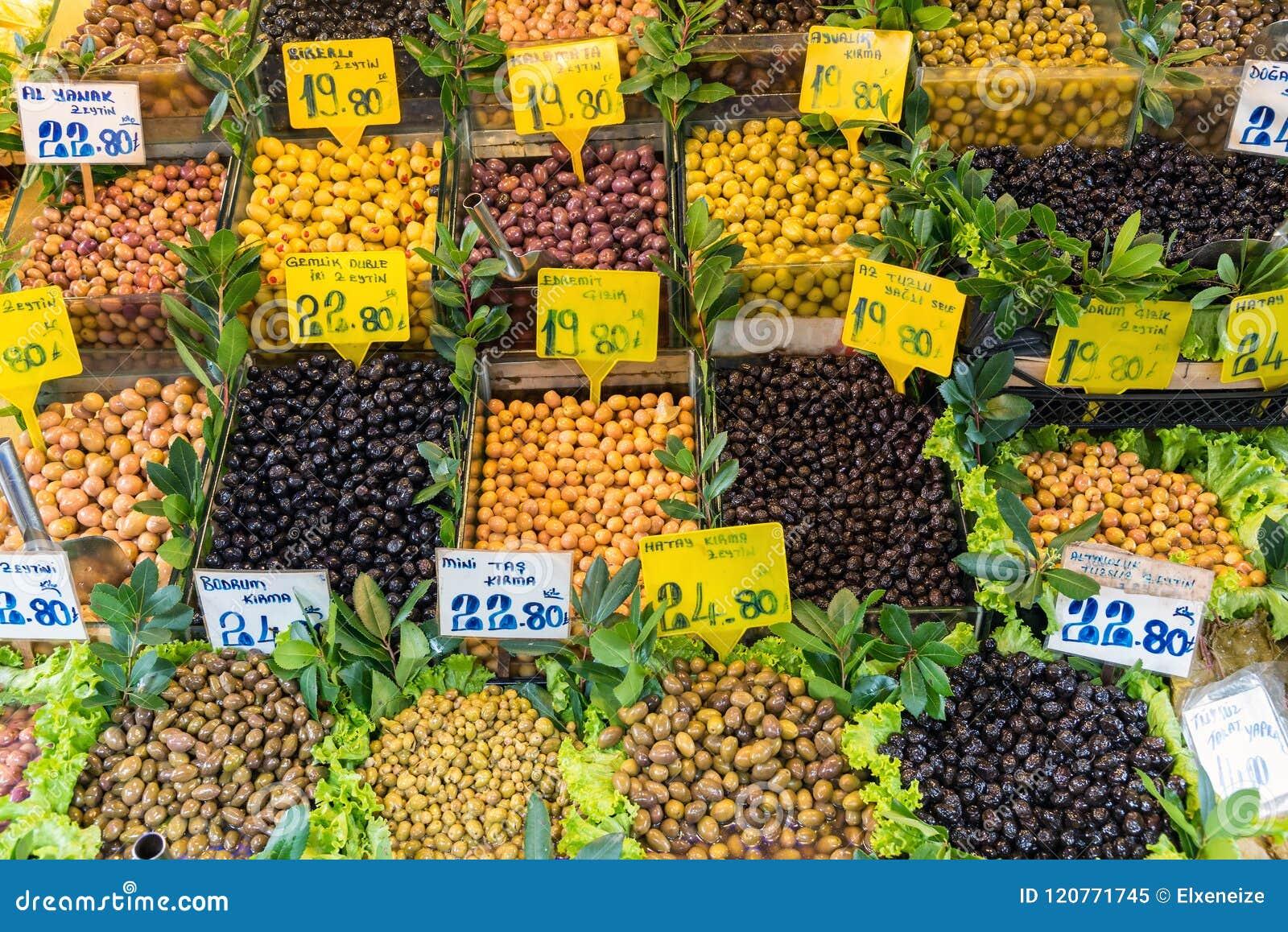 Olika sorter av till salu oliv