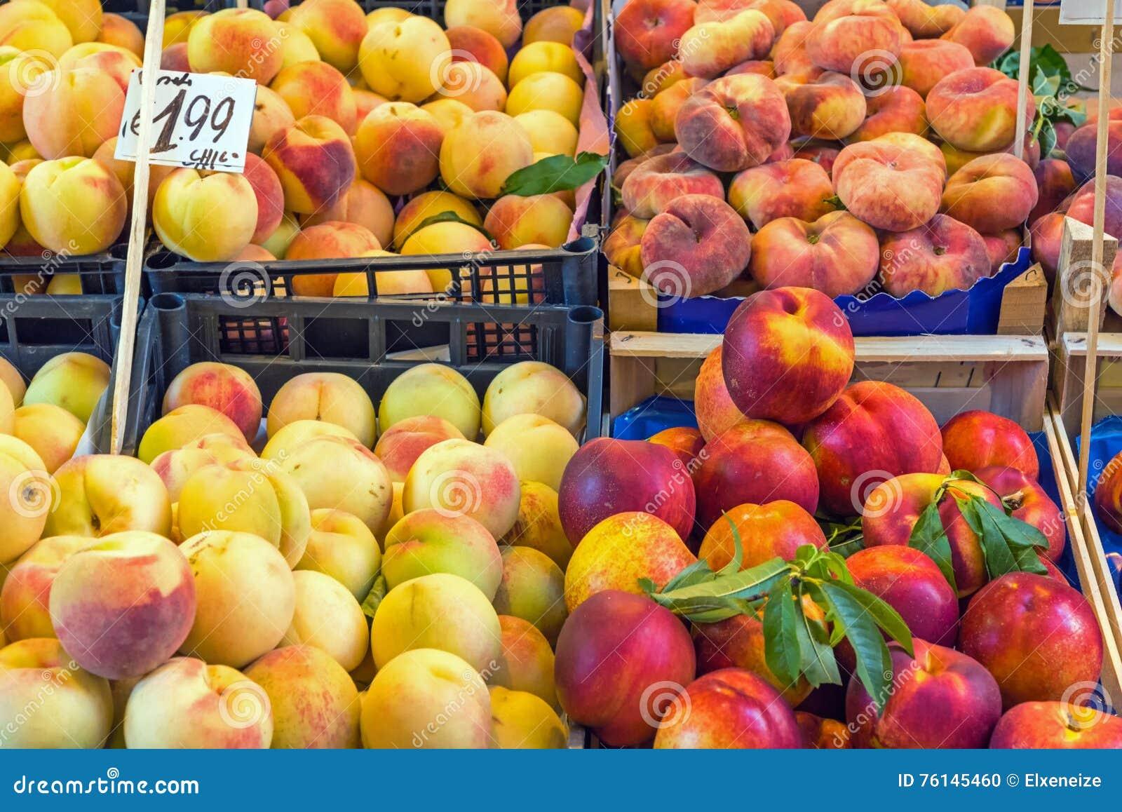 Olika sorter av till salu persikor