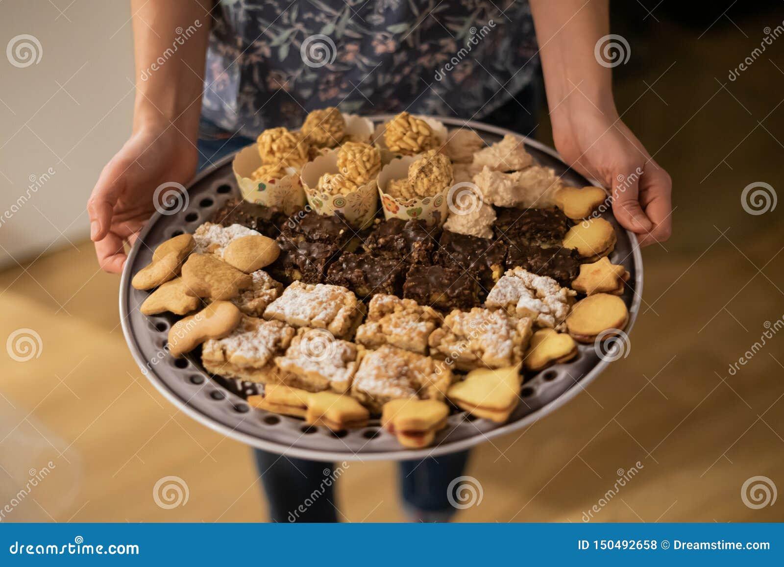 Olika stycken av kaka och kakor på matställeplattan