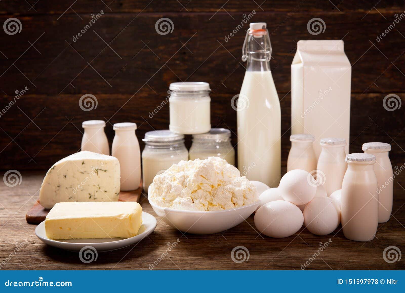 Olika typer av mejeriprodukter på den lantliga trätabellen