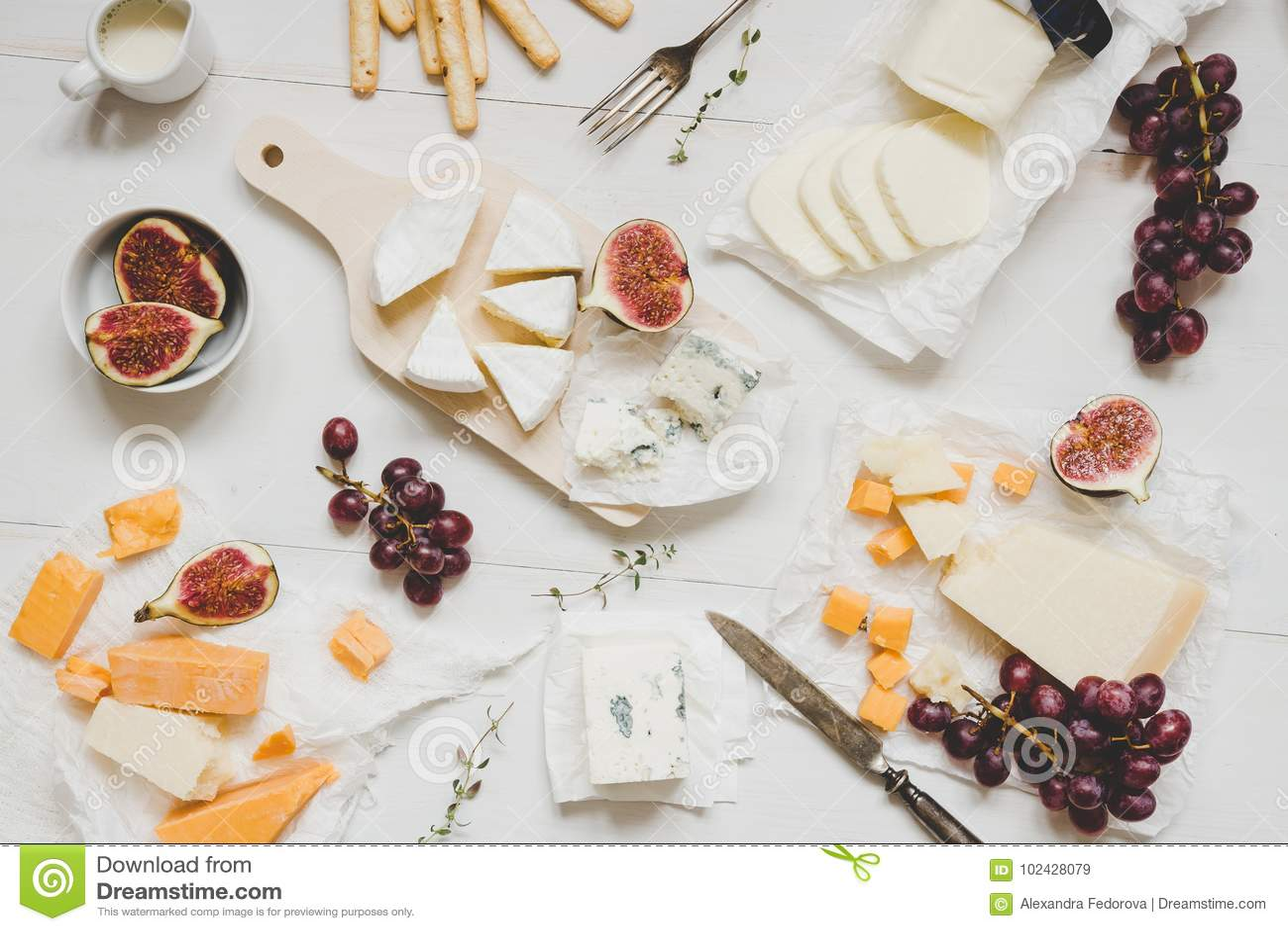 Olika typer av ost med frukter och mellanmål på den trävita tabellen Top beskådar