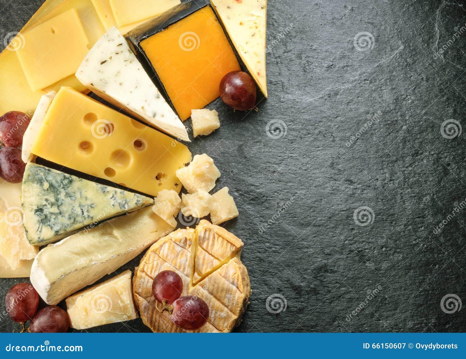 Olika typer av ost med tom utrymmebakgrund
