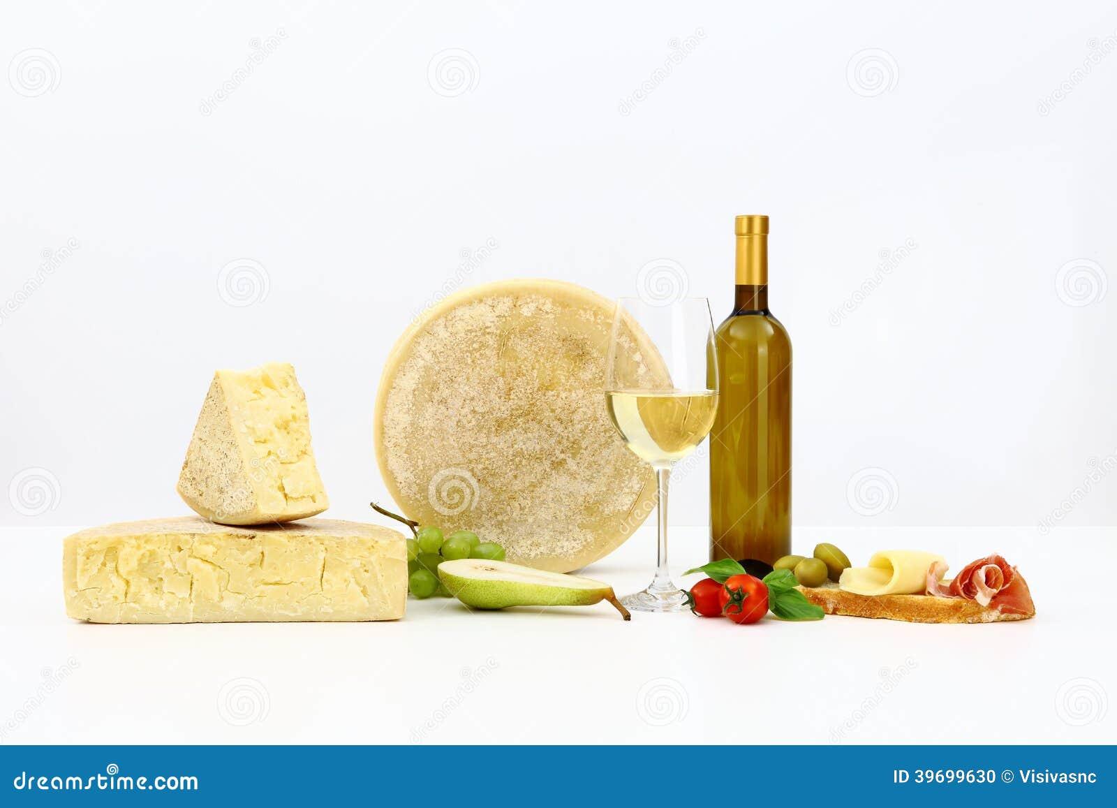 Olika typer av ost med vin, tomater, basilika, oliv, skinka,