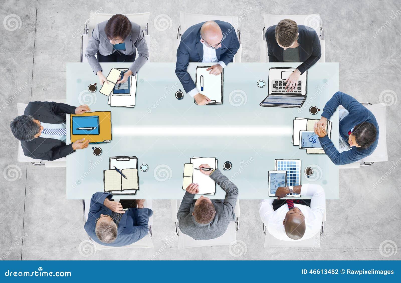 Olikt affärsfolk som har ett möte i kontoret
