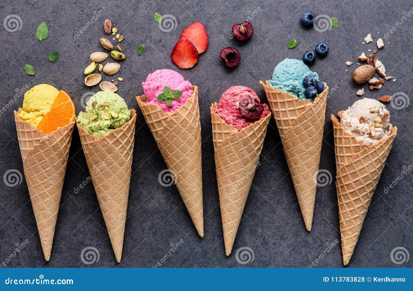 Olikt av glassanstrykning i kottar blåbär, jordgubbe, pist