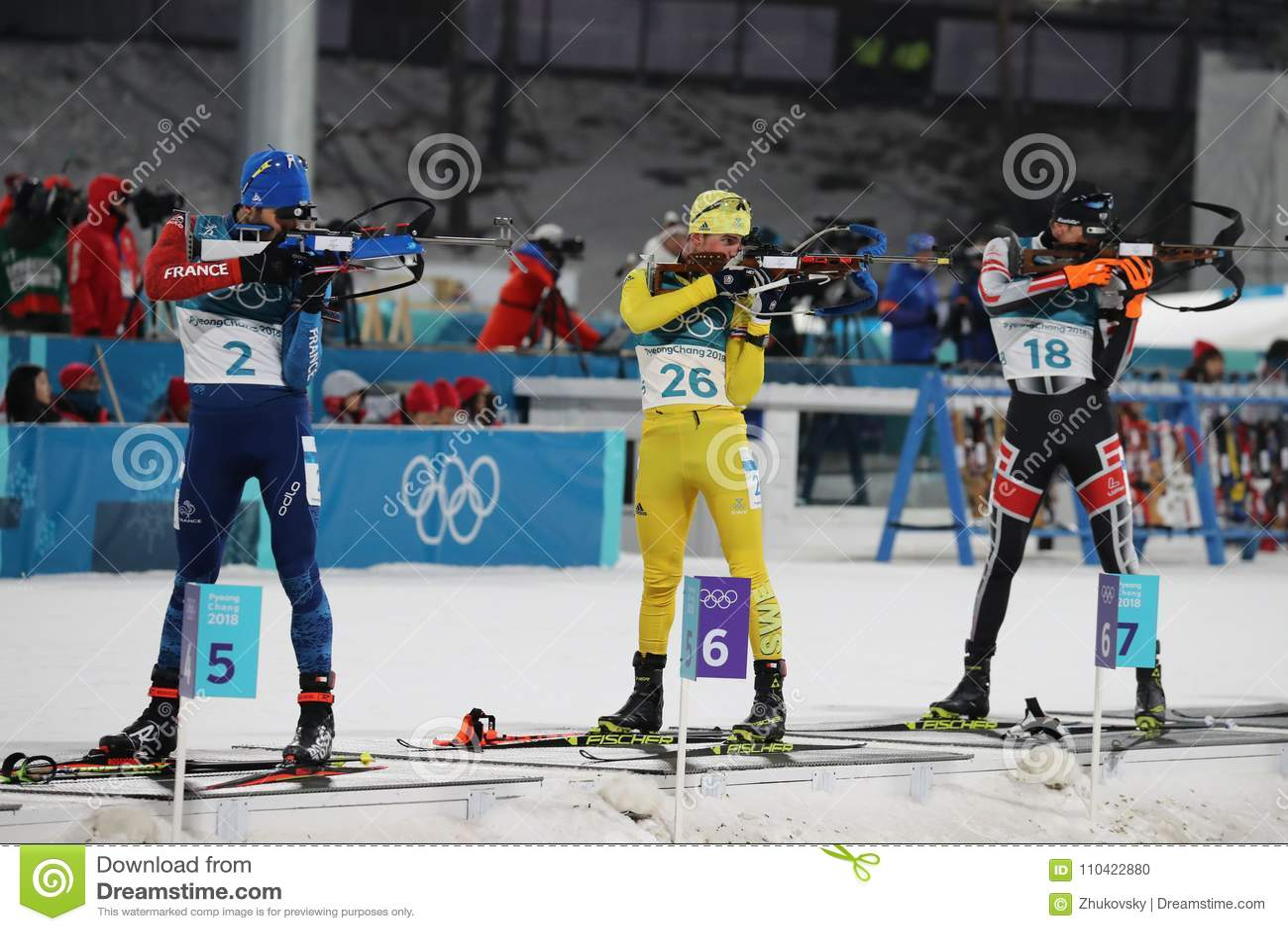 Olimpijski mistrz Martin Fourcade Francja współzawodniczy w biathlon mężczyzna ` s 15km masowym początku przy 2018 olimpiadami zi