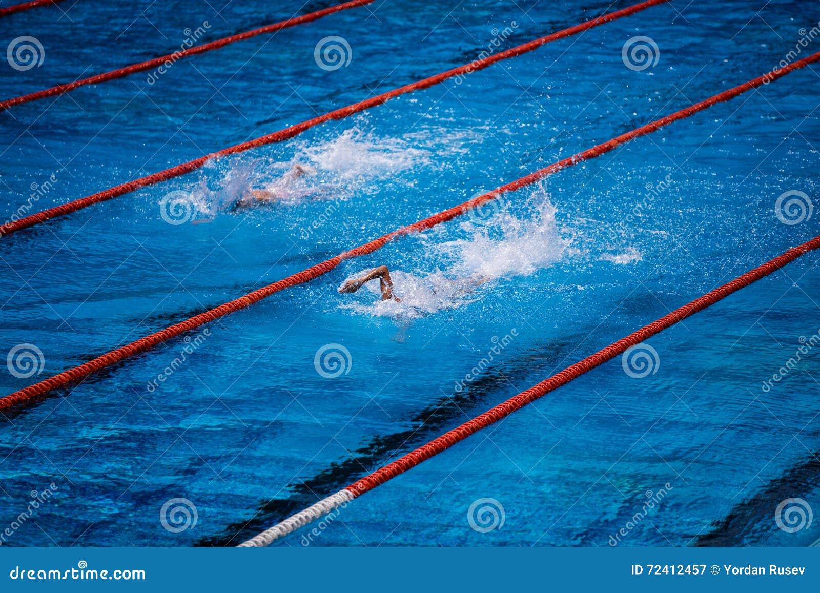 Olimpijski pływacki basen z pływaczka kraula rasą
