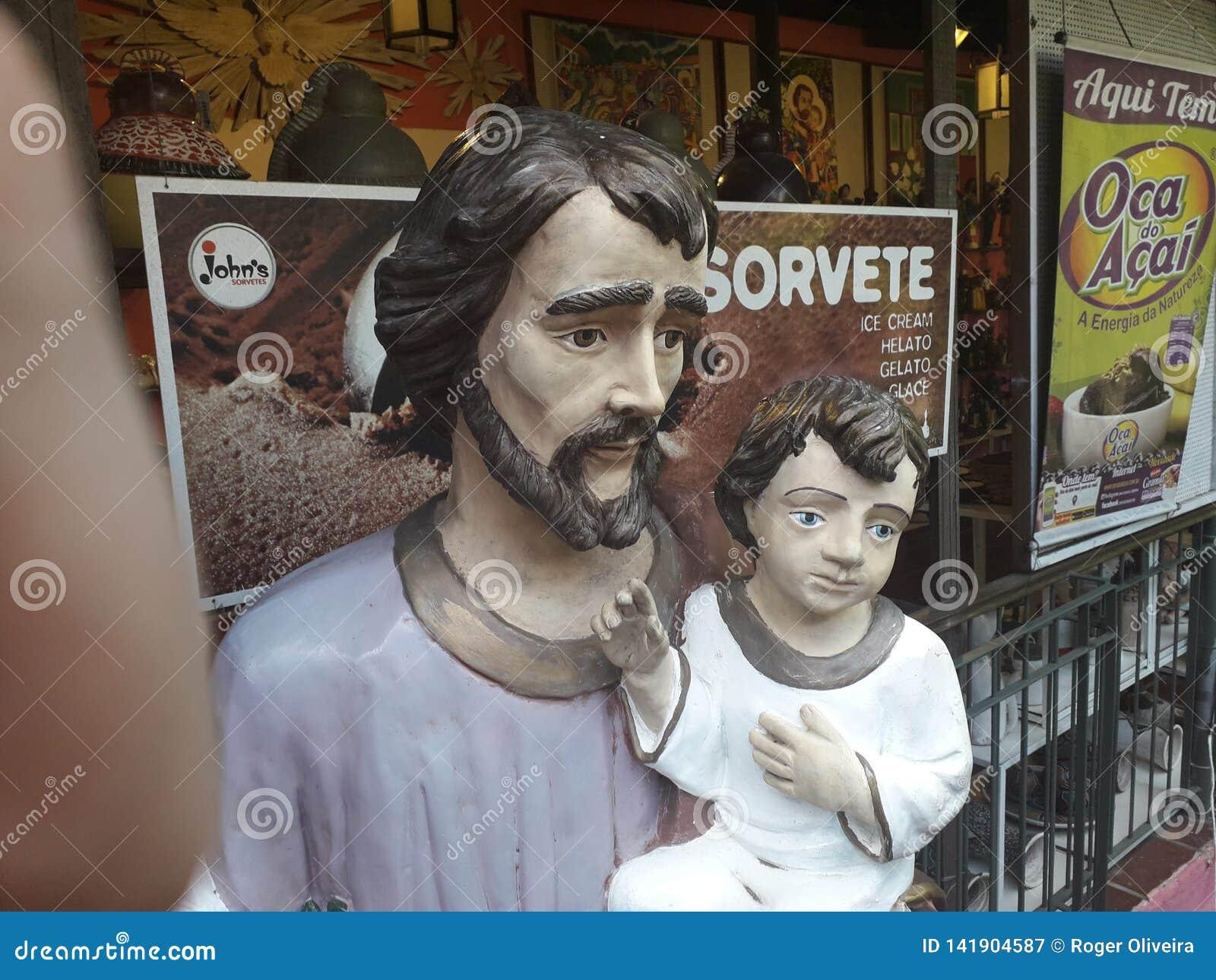 Olinda, Pernambuco, Brasile - marzo 2019 Le antichità comperano del negativo per la stampa di cartamoneta da S Le sculture hanno