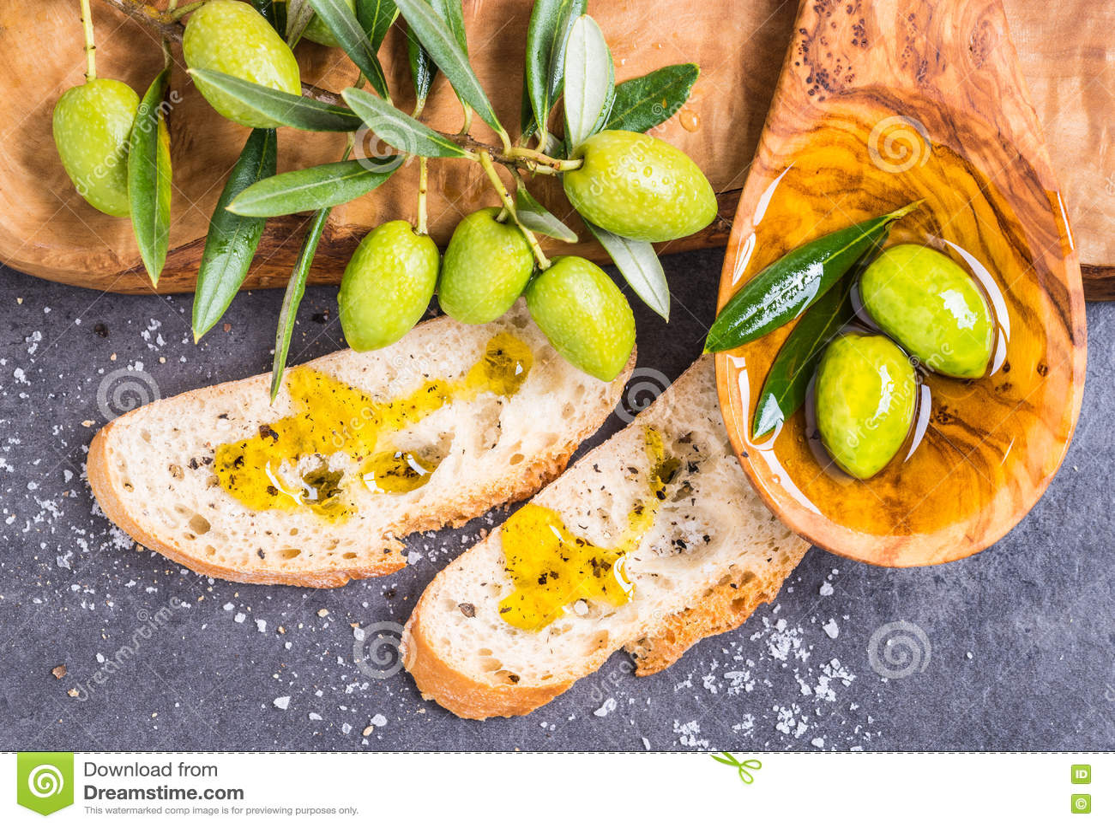 Olio d oliva, olive e pane