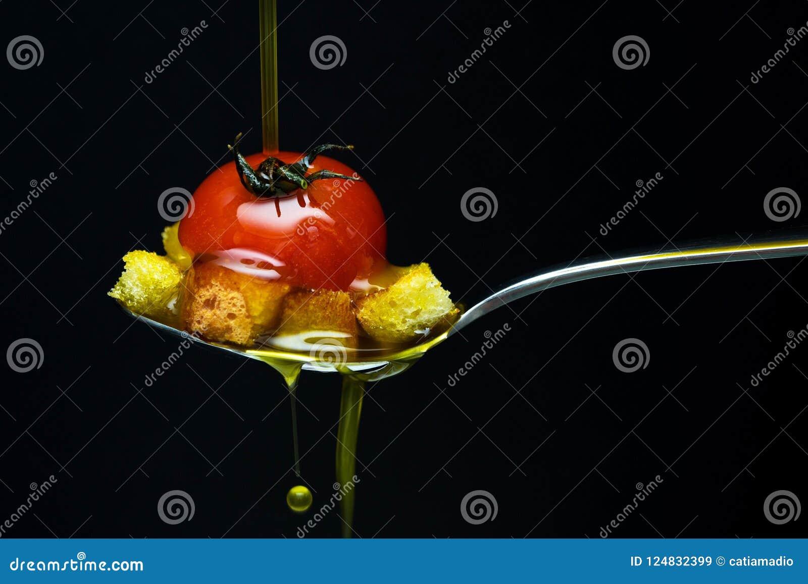 Olio d oliva sopra il pomodoro ed il pane rossi