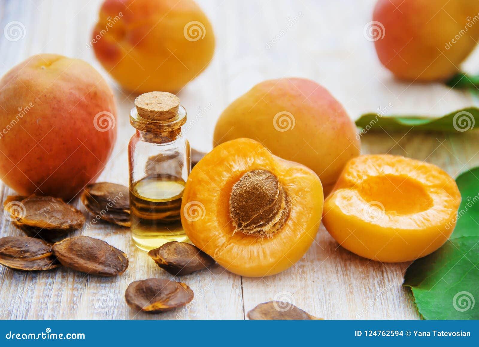 Olio dell albicocca in un piccolo barattolo Fuoco selettivo