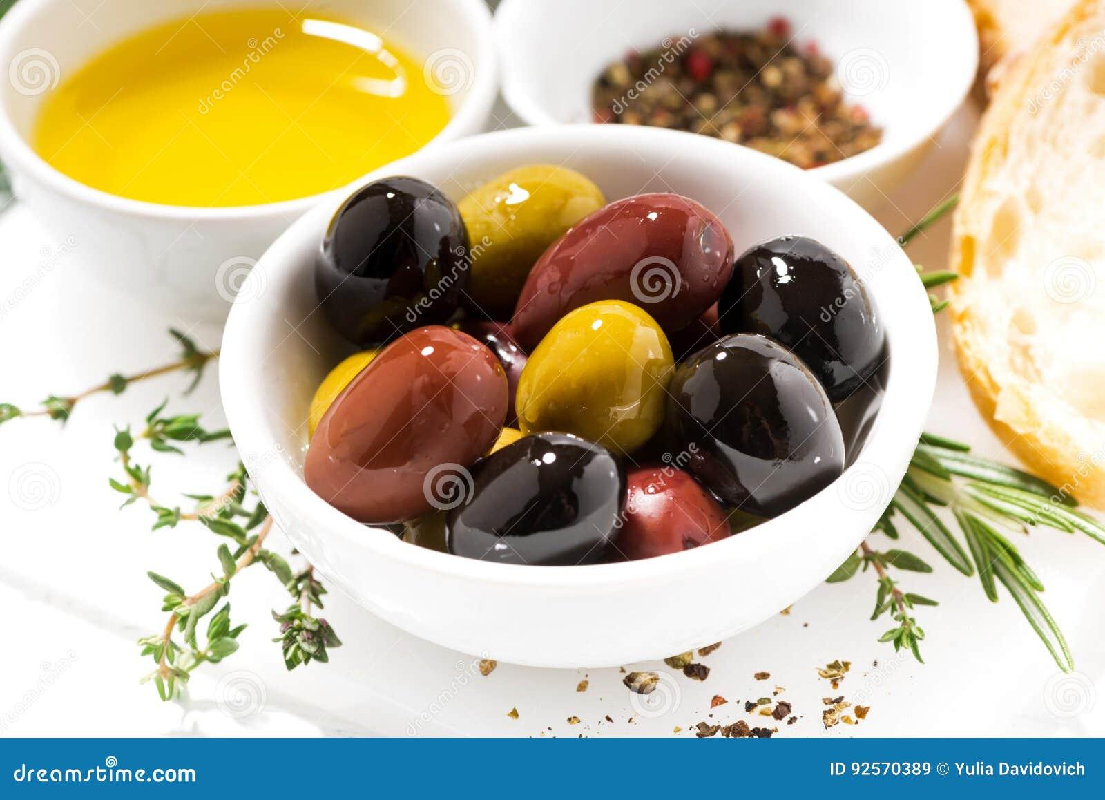 Olive, spezie e pane organici freschi, primo piano