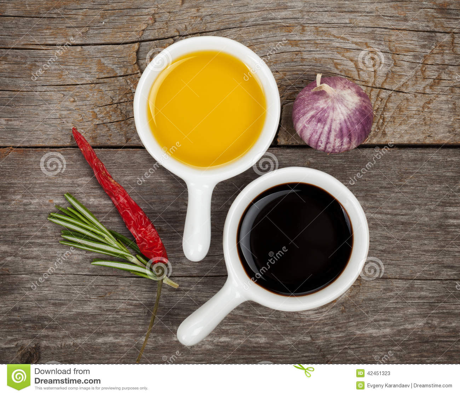Olivenöl und Essig mit Gewürzen