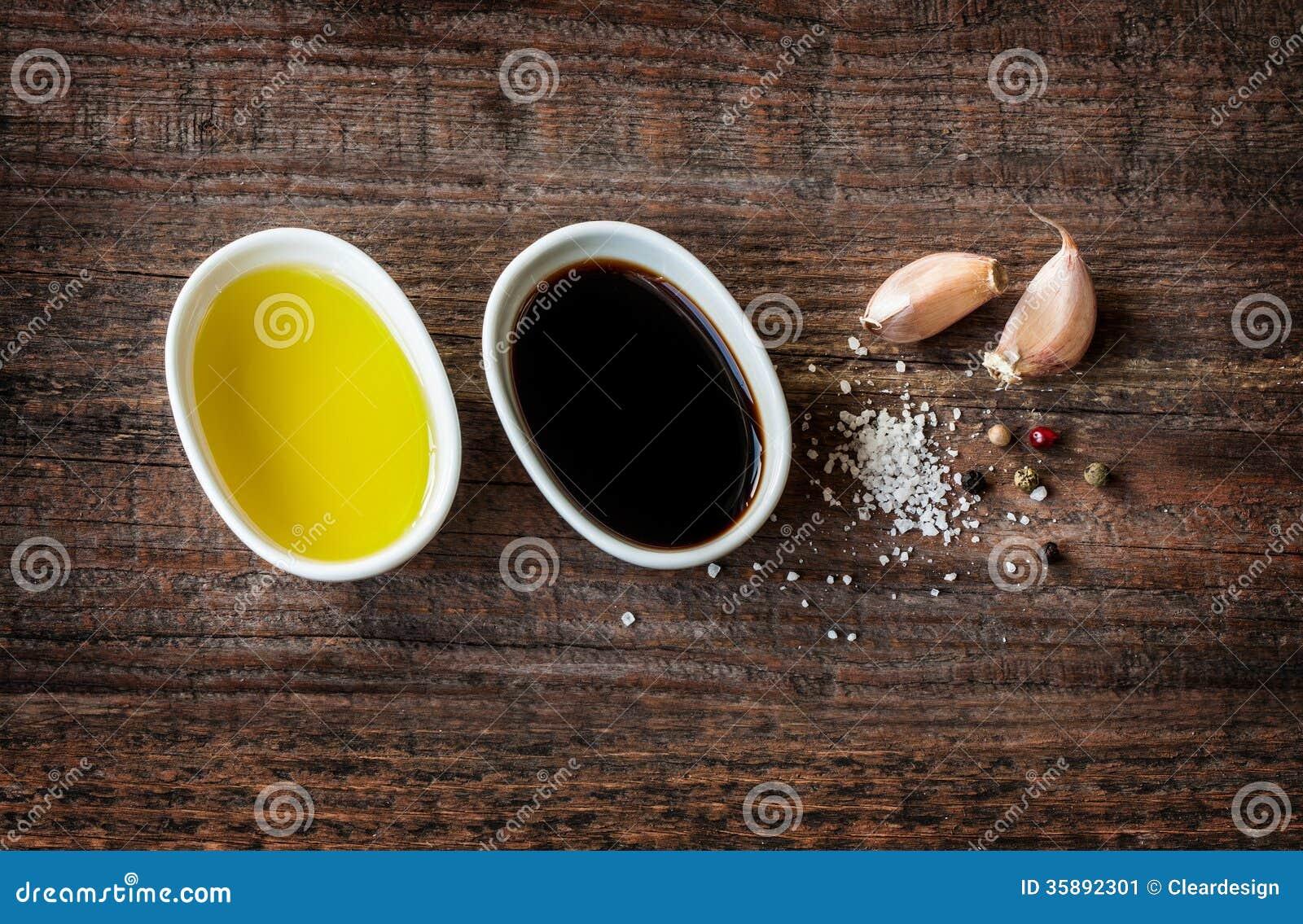 Olivolja balsamic vinäger, vitlök, saltar och pepprar - ättiksåsdressingen
