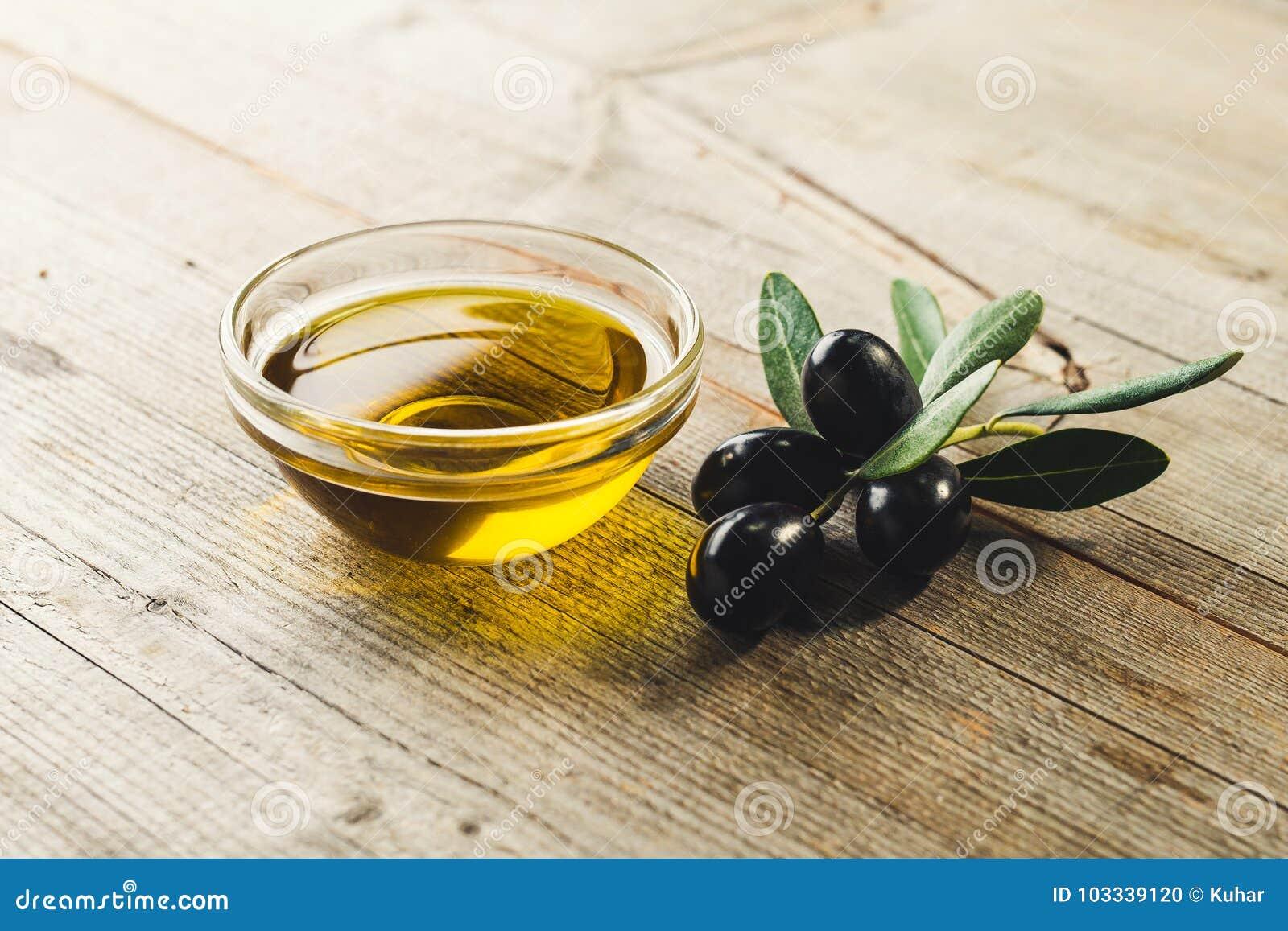 Oliwa z oliwek z liśćmi i oliwkami