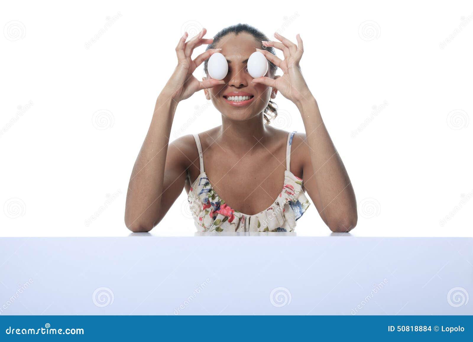 Oliwkowa osoba ma dwa jajko przed okiem