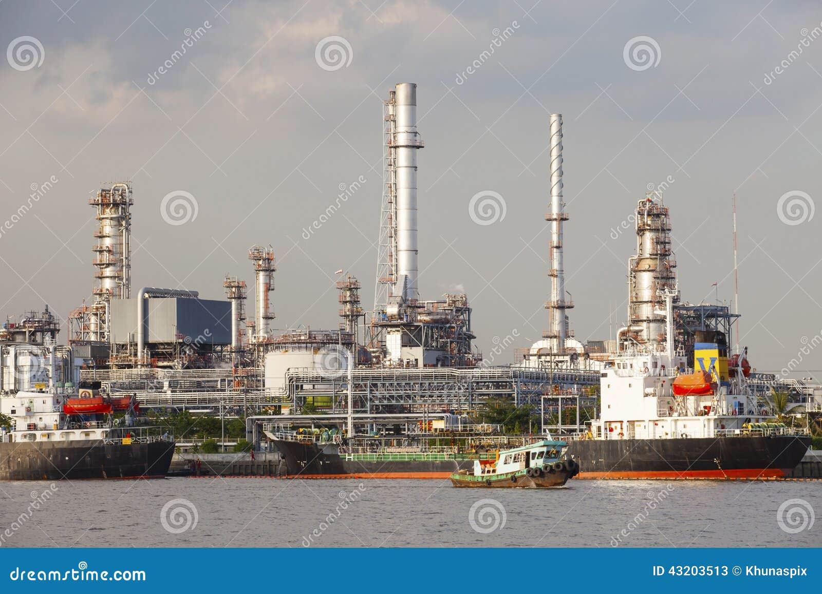 Download Oljeraffinaderi- Och Tankfartygskepp På Port I Bruk För Tung Bransch För E Redaktionell Arkivfoto - Bild av spritfabrik, fabrik: 43203513