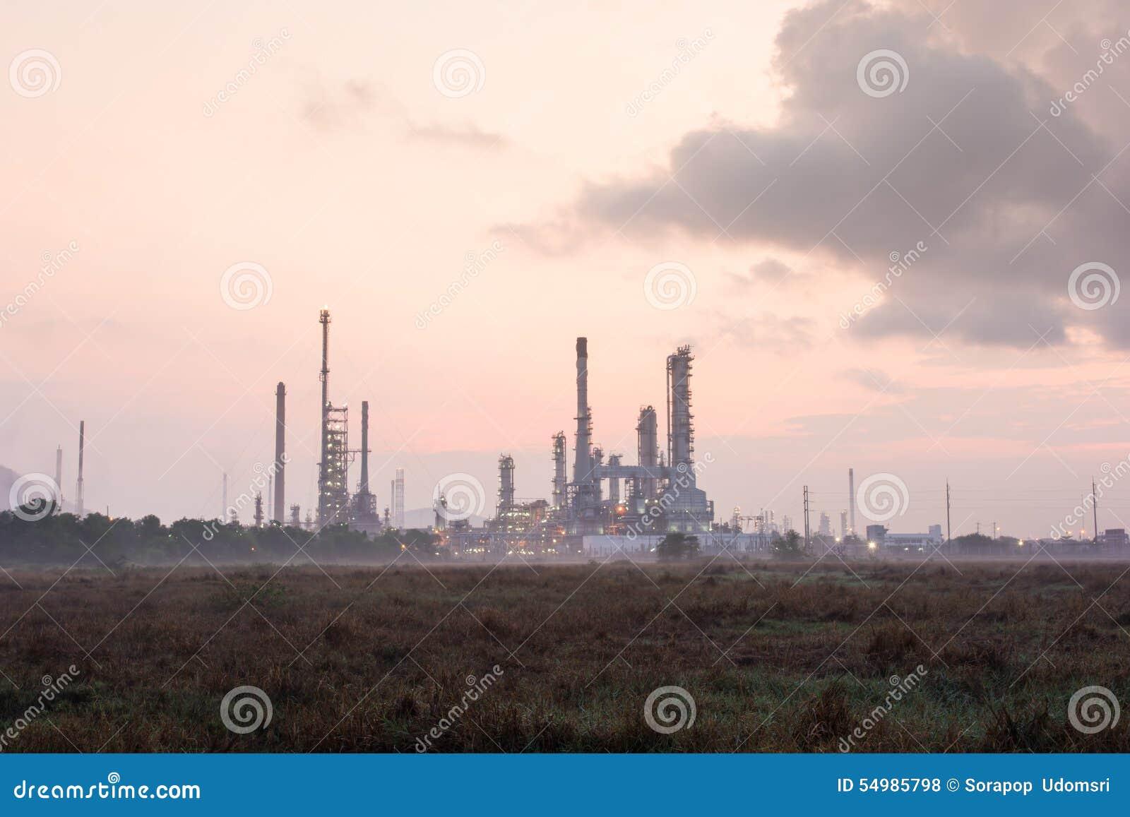 Oljeraffinaderikraftverk på solsken