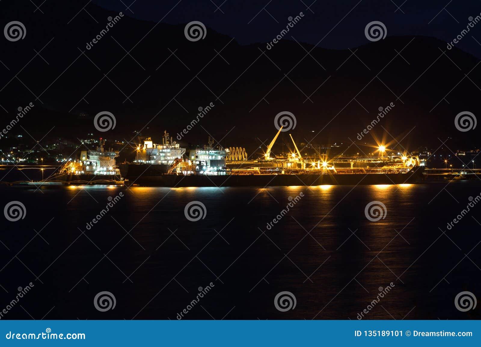 Oljetanker som lagerför upp Nattfoto av havet