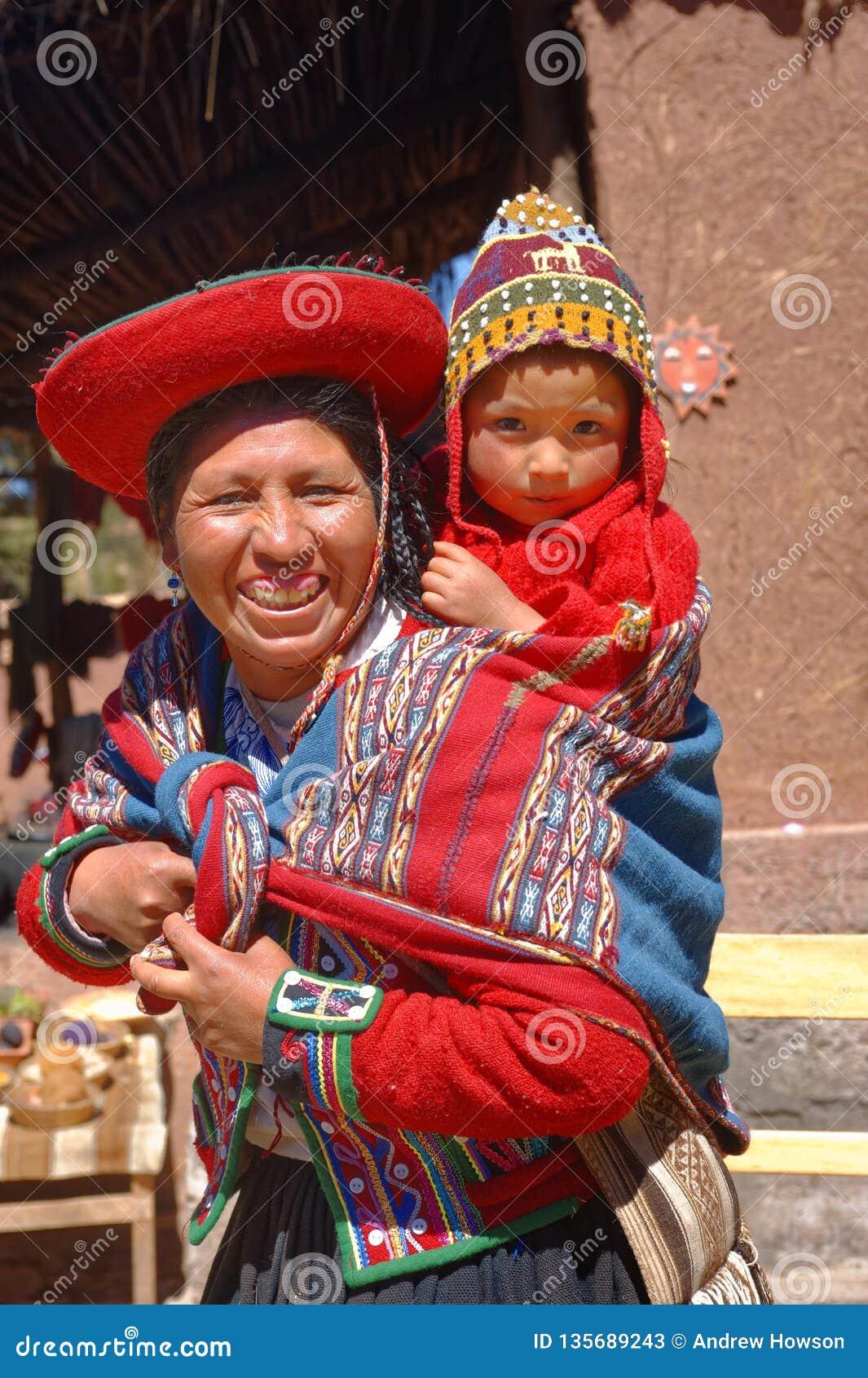 Ollantaytambo, Перу: Quechua мать и ребенок в деревне в Андах