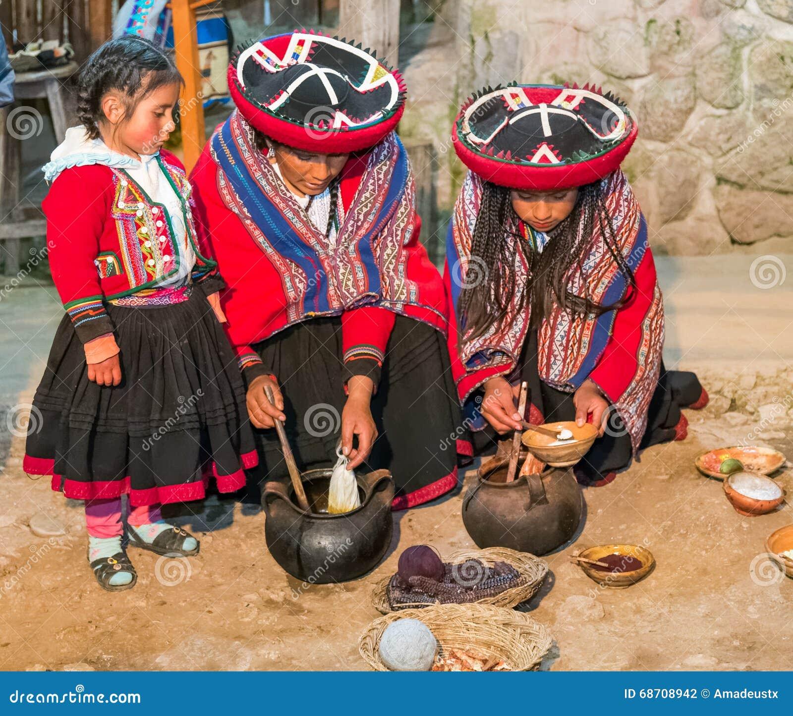 Ollantaytambo, Peru - circa Juni 2015: De vrouwen in traditionele Peruviaanse kleren gebruiken natuurlijke kleurstoffen voor Alpa