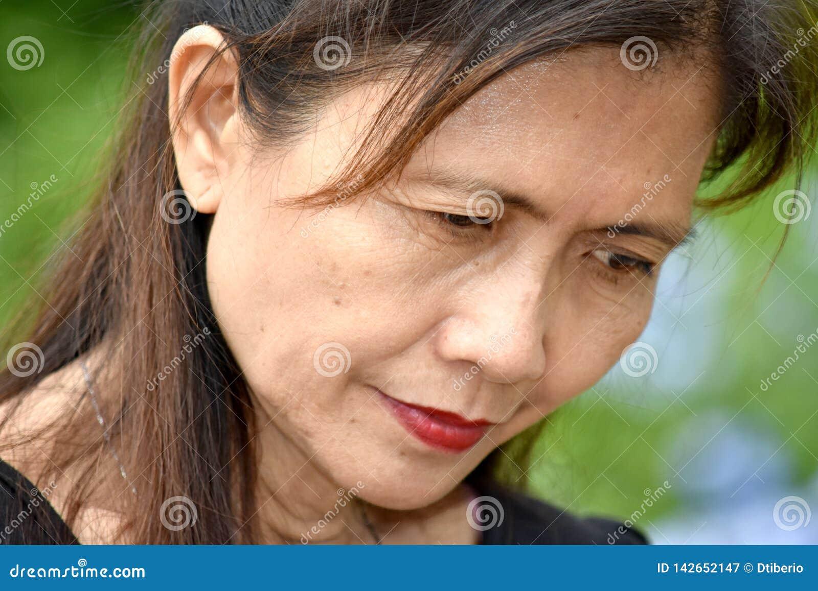 Olycklig hög asiatisk mormor