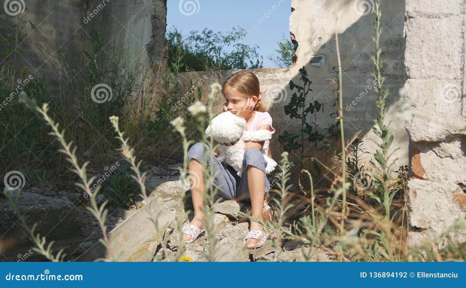 Olycklig ledsen unge, övergett barn i det demolerade huset, hemlösa flickabarn