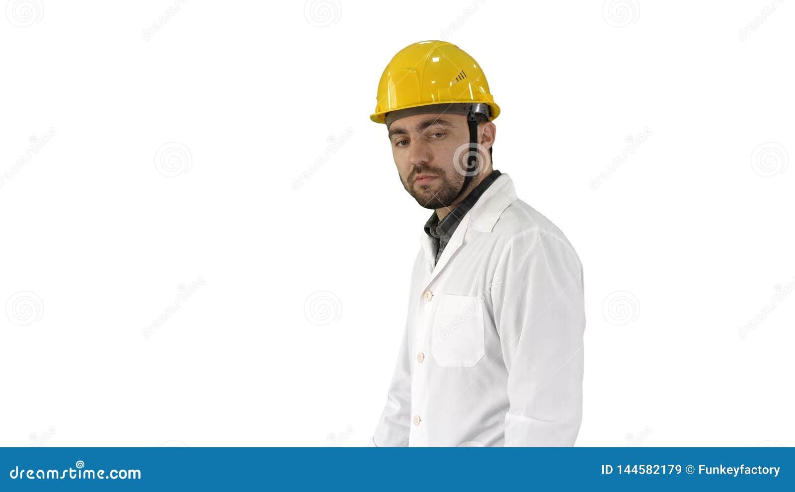 Olycklig tekniker för konstruktionsplats som talar och går på vit bakgrund