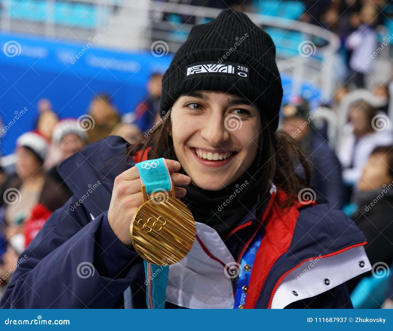 Olympische kampioen in Dames` Mogollen Perrine Laffont van het stellen van Frankrijk met gouden medaille