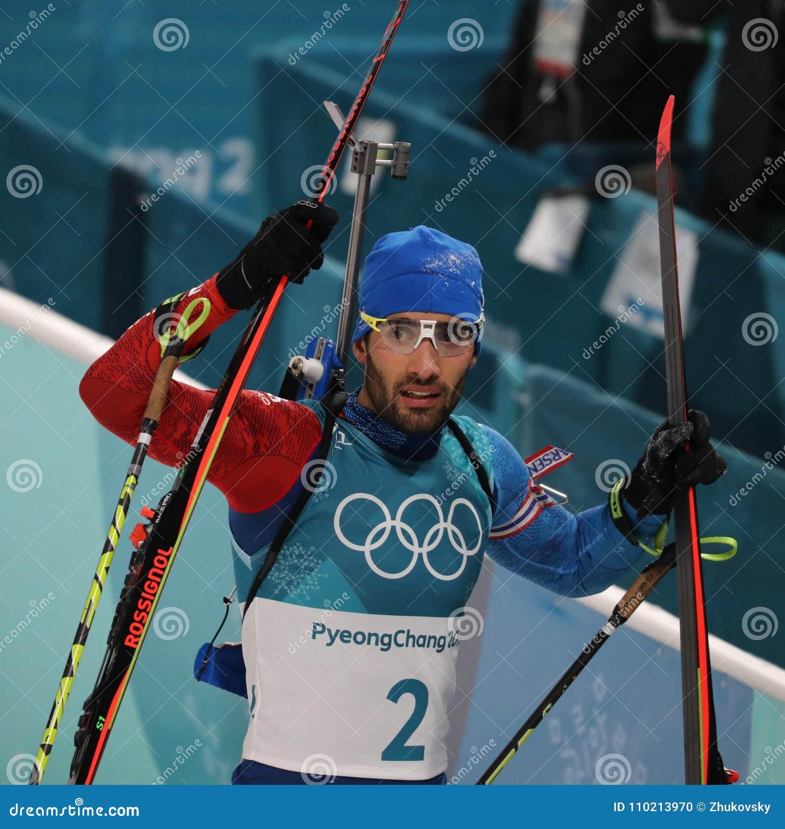 Olympischer Meister Martin Fourcade von Frankreich feiert Sieg in Biathlonmänner ` s 15km Massenanfang an den 2018 Winter Olympic