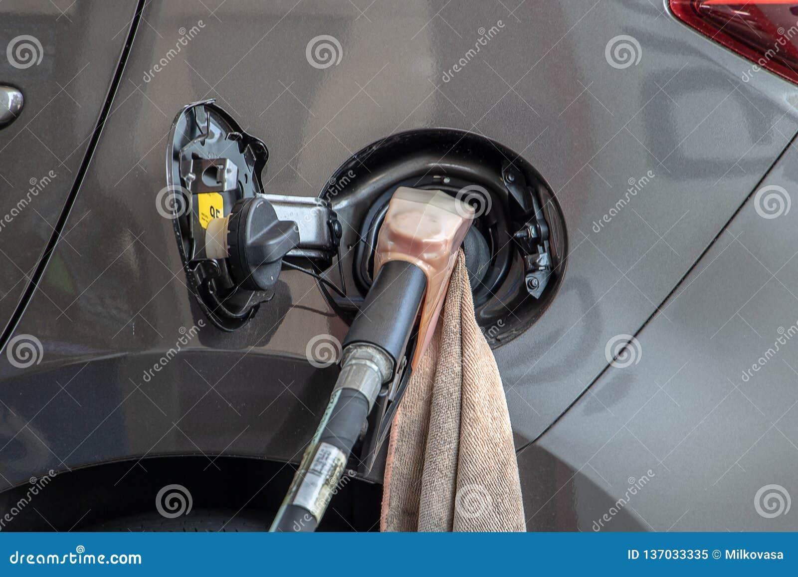 Om de auto met brandstof te vullen, sluit omhoog