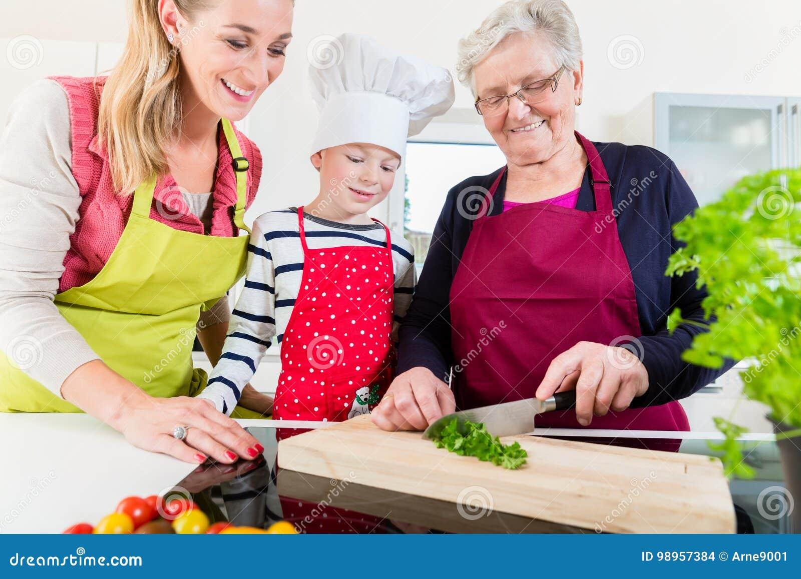 Oma zeigt der Enkelin ihr Sexspielzeug