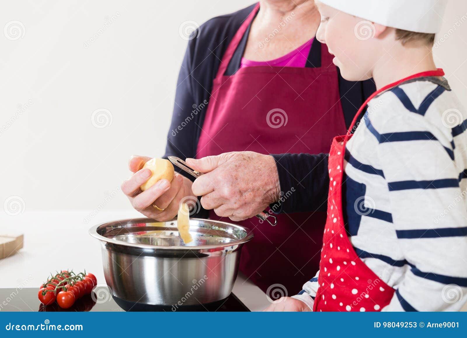 Oma en kleinzoon die samen koken