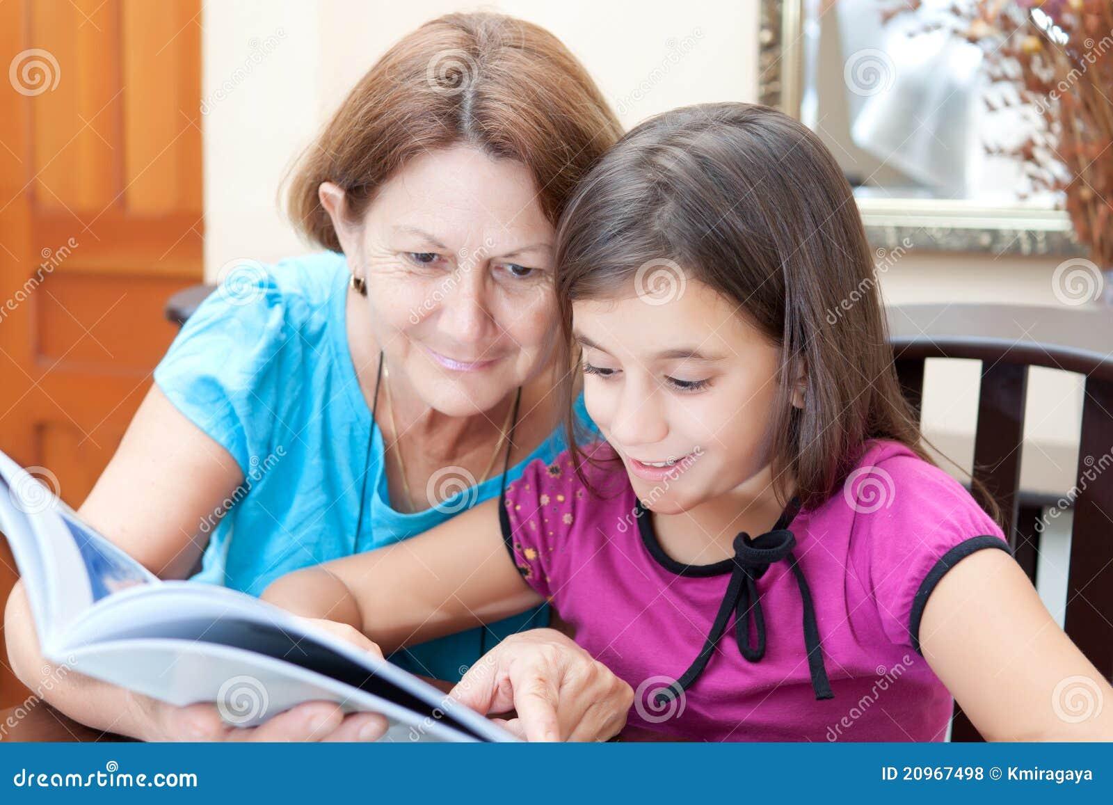 Oma en meisje die een boek lezen
