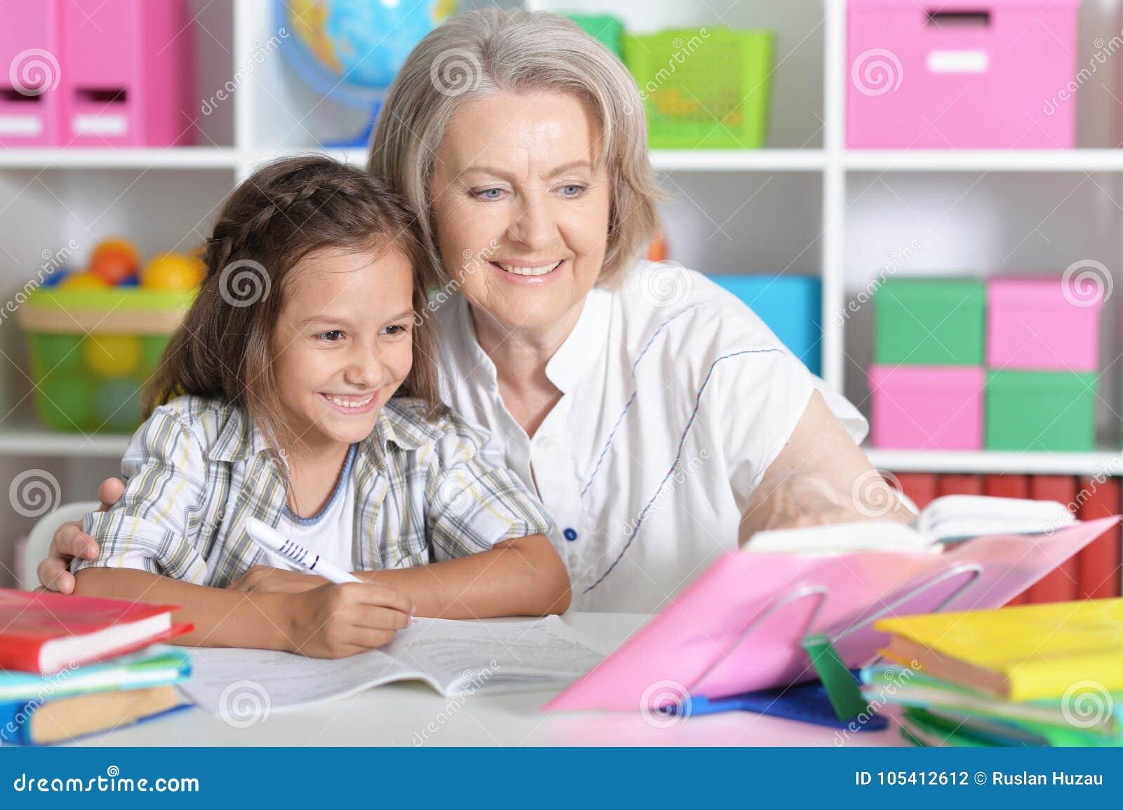Oma Und Teenie Tun Sich Zusammen