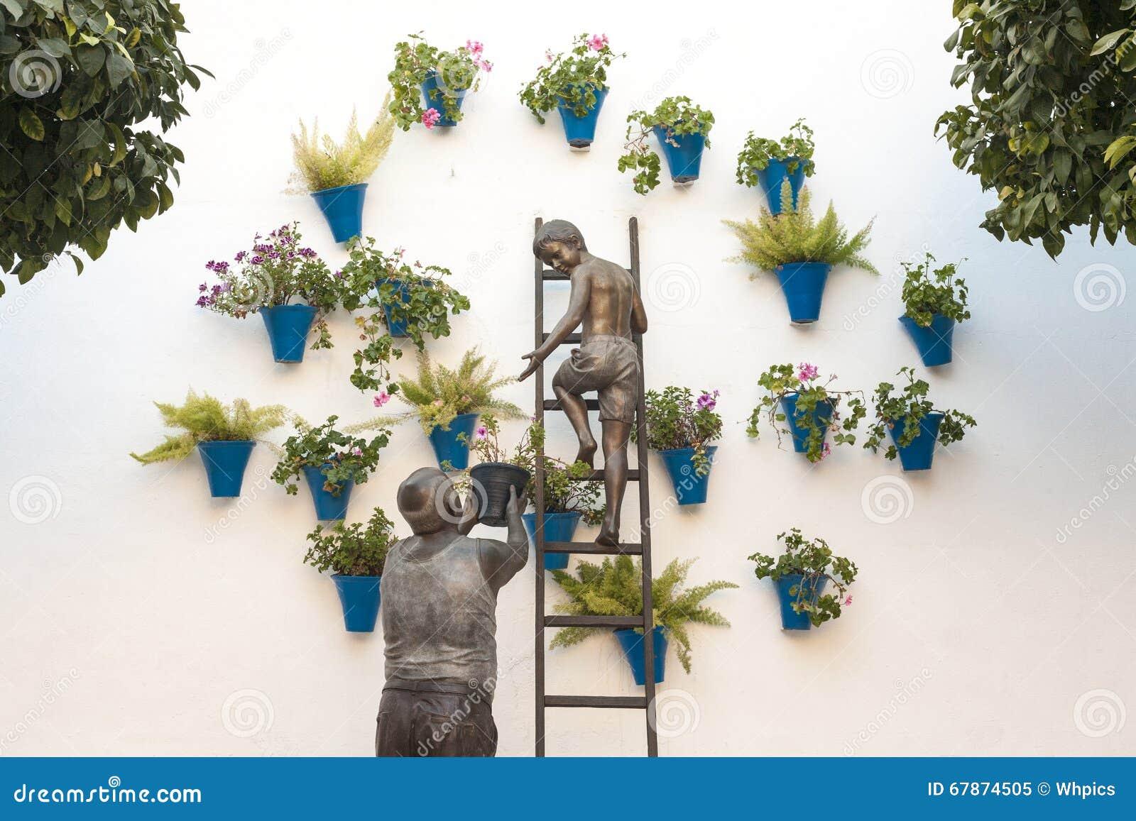 Oma Und Sein Enkel, Die Blumentöpfe Auf Die Wand Setzen, Cordoba ...