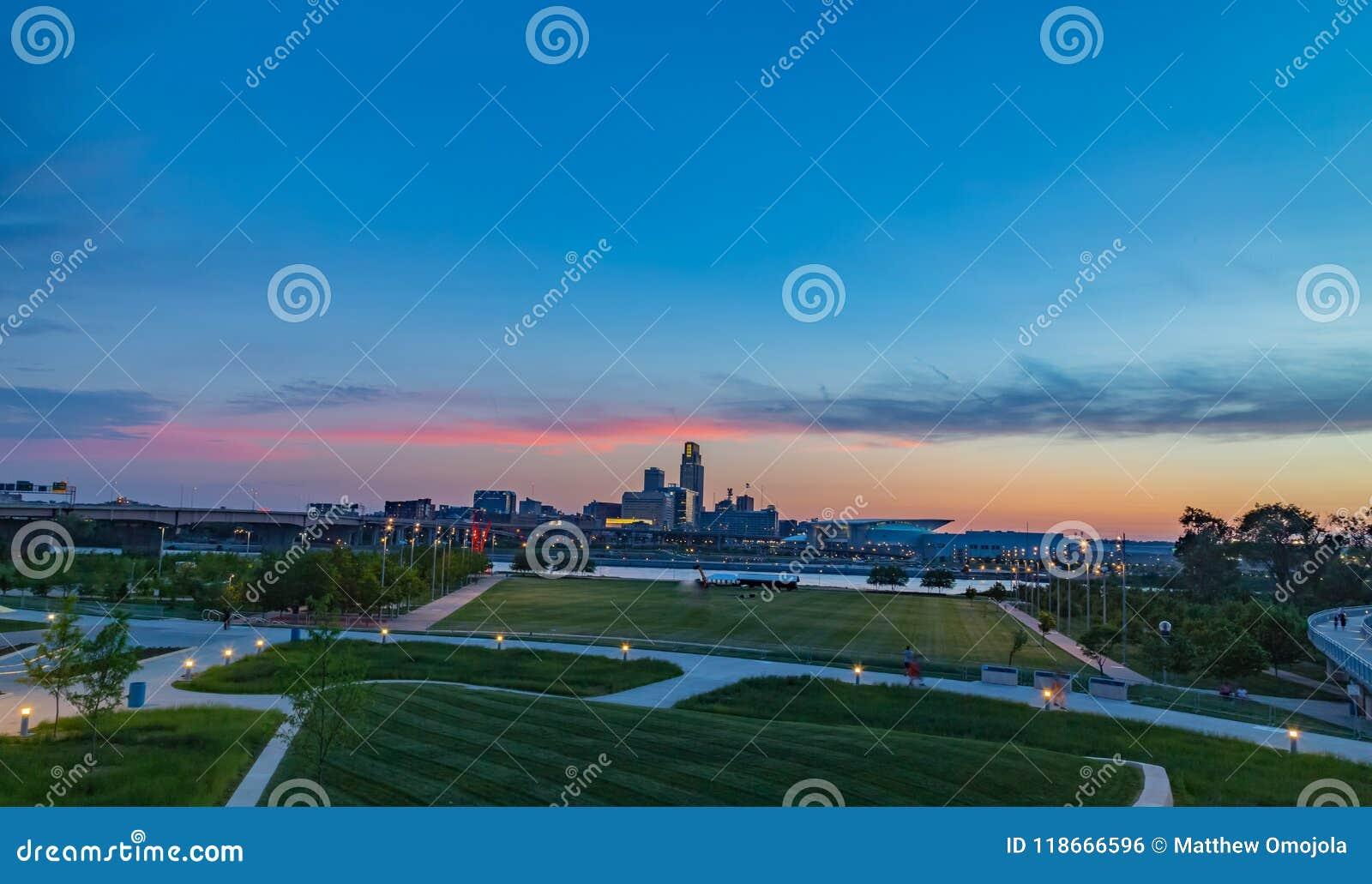 Omaha del centro al crepuscolo come il sole mette come visto dal bluff del Consiglio