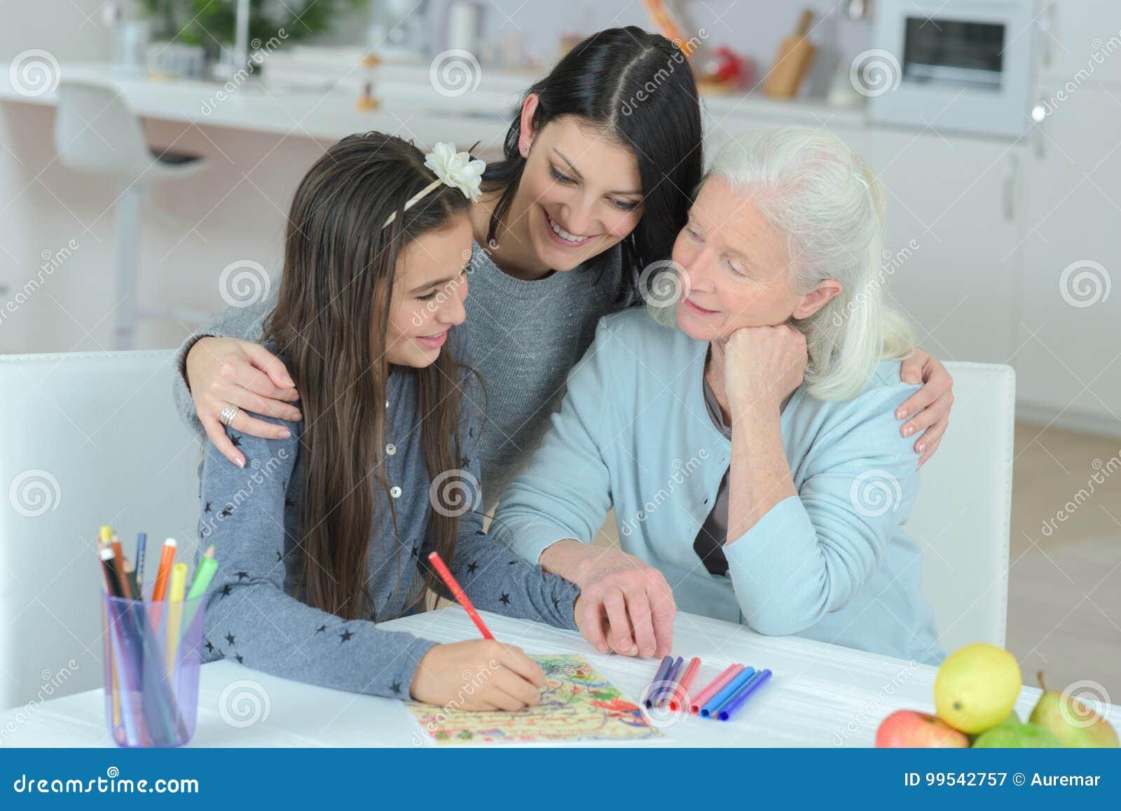 Omatochter Und Enkelinzeichnung Stockbild Bild Von Portrait
