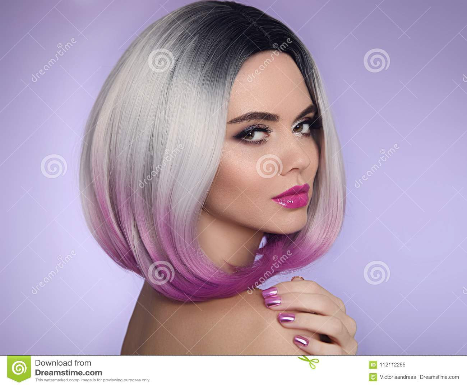Ombre突然移动短小发型 美丽的头发染色妇女 Manicu