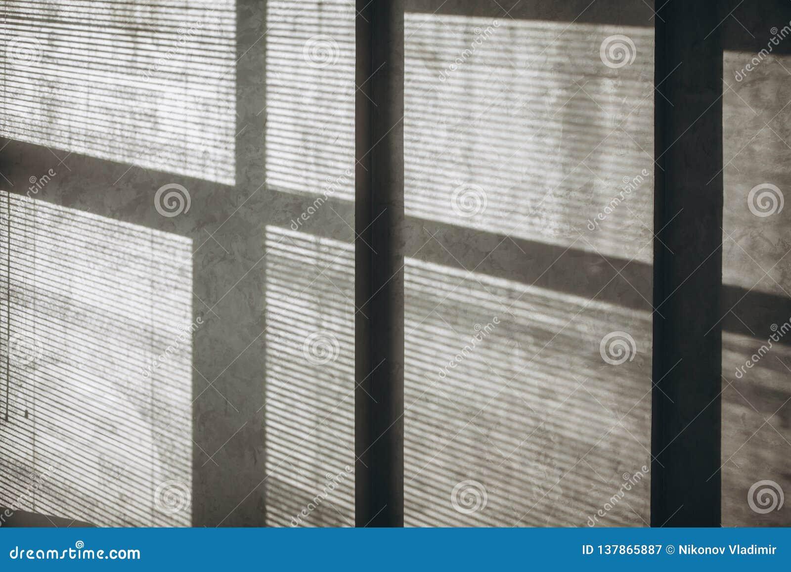 Ombre dai ciechi e dalla finestra sulla parete