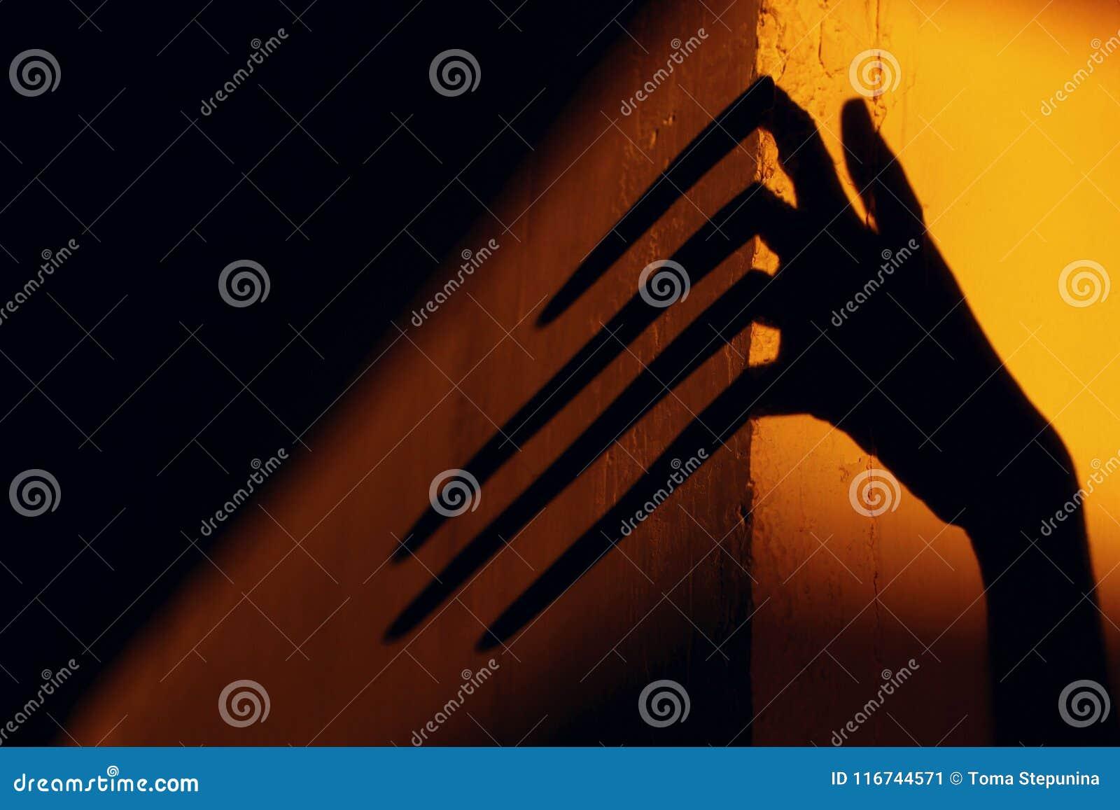 Ombre terrible abrégez le fond Ombre noire d une grande main sur le mur