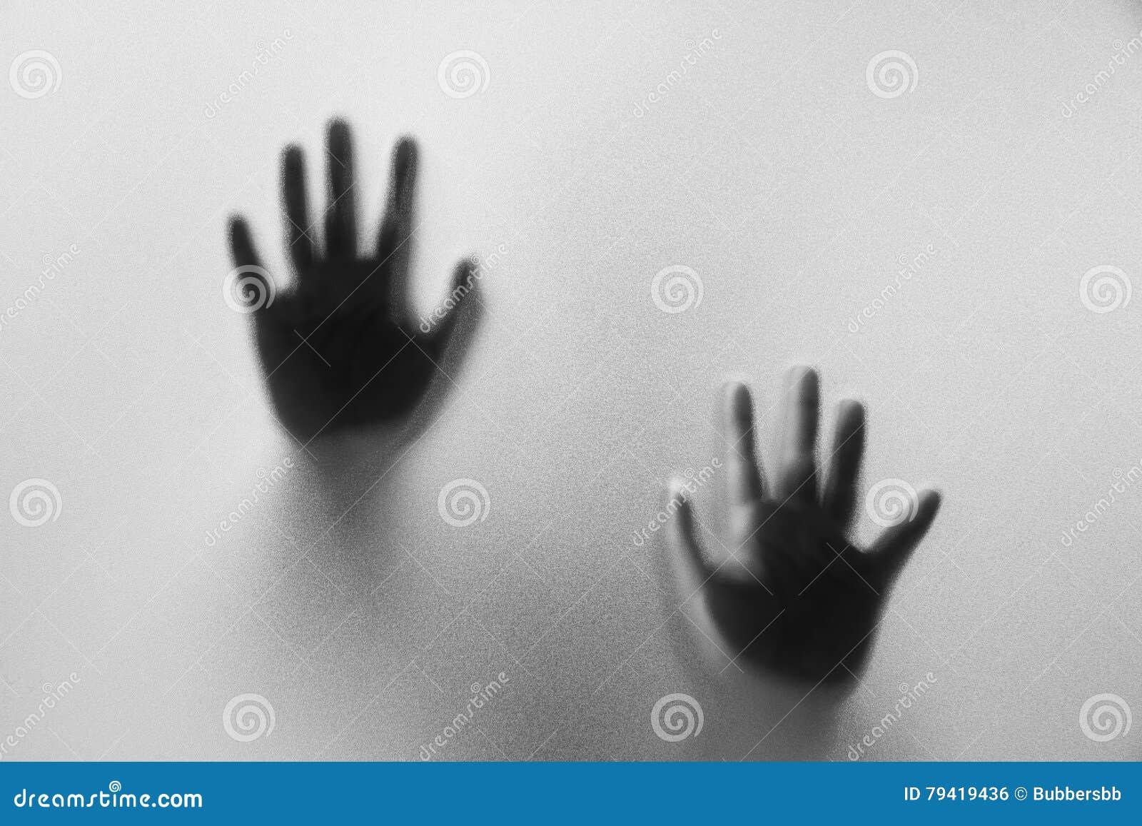 Ombreggi le mani dell 39 uomo dietro vetro glassato abstrac for Planimetrie della caverna dell uomo