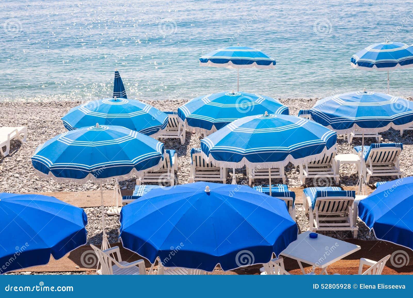 Sedie Blu Nizza : Ombrelli di spiaggia blu in nizza fotografia stock immagine di