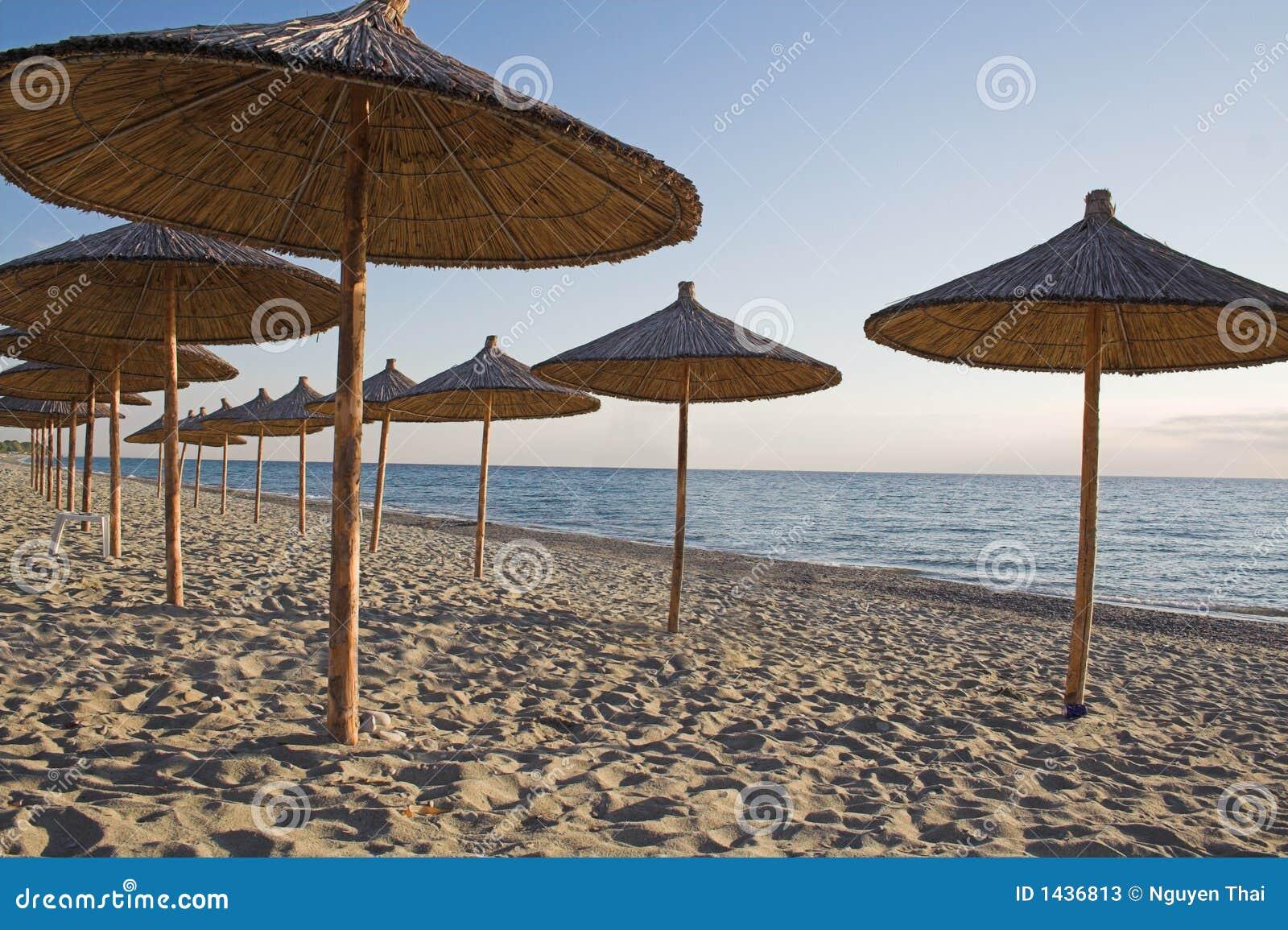 Ombrelli di spiaggia della paglia