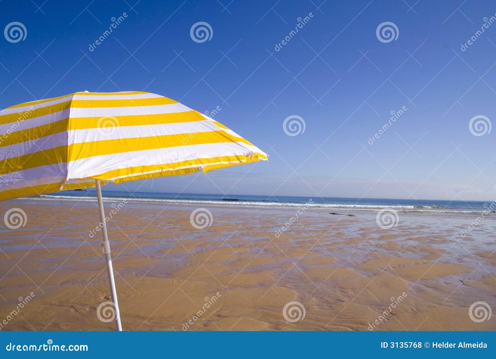 Ombrello giallo alla spiaggia