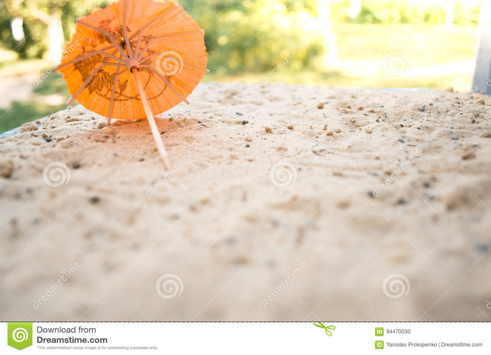 Ombrello per i cocktail su un fondo sabbioso di estate